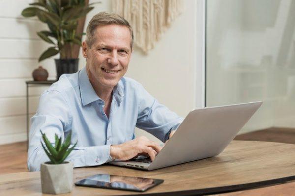 Geschäftsführer informiert sich über Datenschutz